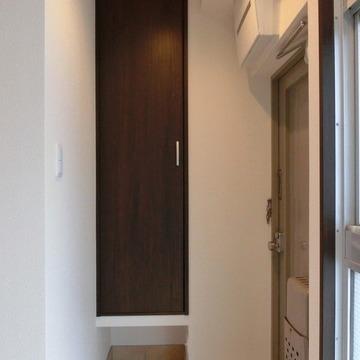 玄関は写真では見えてない側にも棚があります。