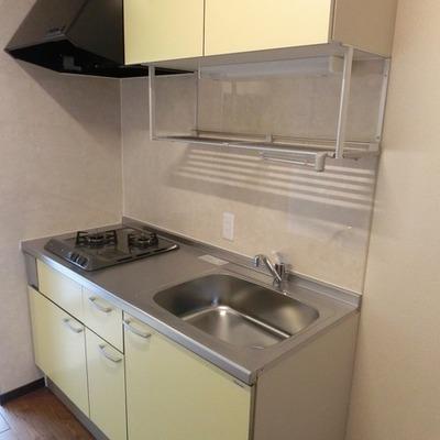 キッチンは柔らかめなクリームイエロー。