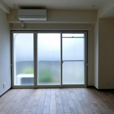 今は照明なしので少し暗いですが、お部屋は南向きです!