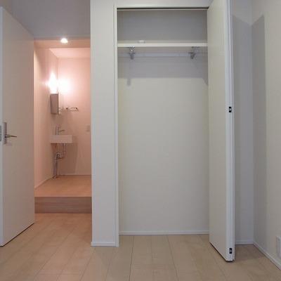 収納は小さめ。真っ白な壁紙が気持ちいい。