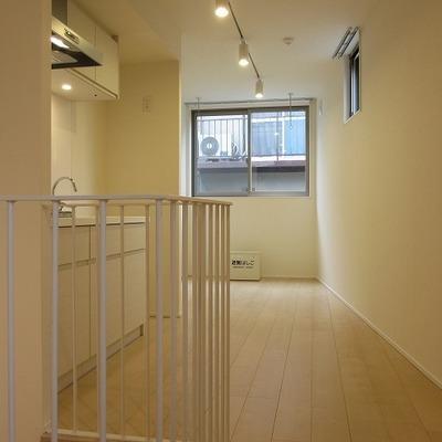 細長いお部屋です。家具の配置にすこし迷うかな。