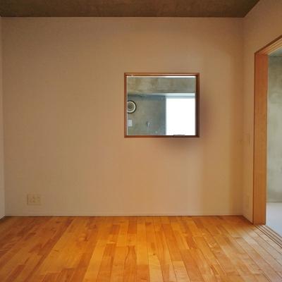 小窓の奥は水回りスペースです