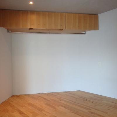 収納はパイプハンガーで見せる収納 ※写真は別部屋です