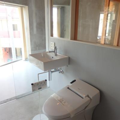 トイレと洗濯機置き場 ※写真は別部屋です