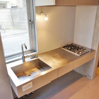 キッチンはステンレスのシャープなデザイン