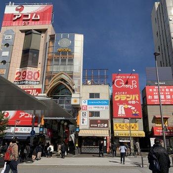 駅前は商店街があったりと賑わっています。