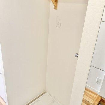 玄関横に洗濯機置き場があります。