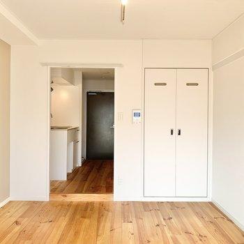 キッチンと洋室の境にカーテンレールが付いています。お好みのカーテンを選んで付けても良いですね。