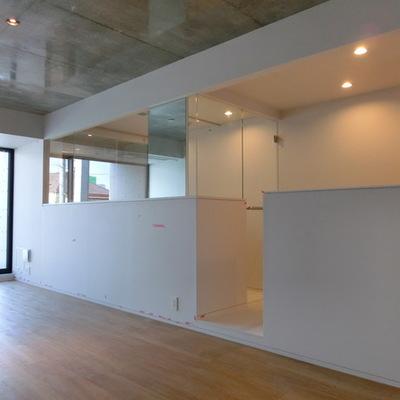 かくかくっとしたデザインの白壁。※写真は別部屋