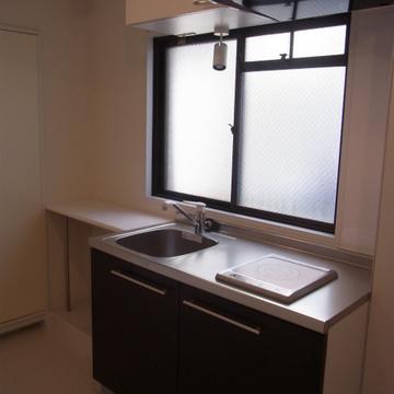 キッチンの横に作業台あり。