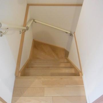 この階段で地下へ。