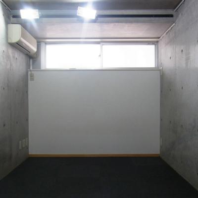 0.5階の洋室。窓あり。※写真は前回募集時のものです
