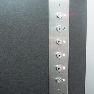 コレがエレベーターの中にあって、かぎを差し込むと階ボタンが押せるようになります