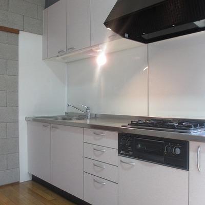 キッチンはゆったりサイズ。3口コンロにグリル付
