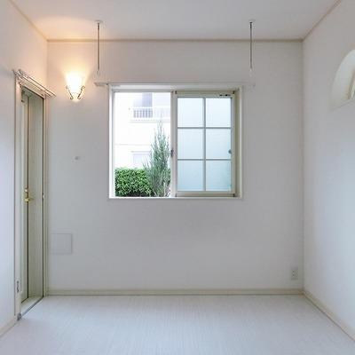 お部屋は純白で照明も乙女仕様です。※画像は別室です