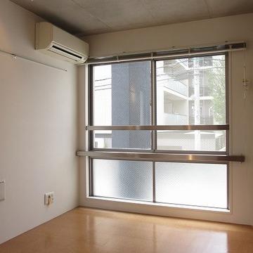 天井、低くはなかった!窓が大きい。