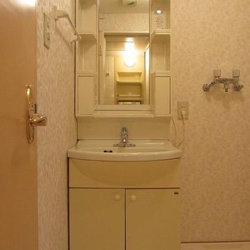独立洗面台はちょっぴりレトロ。