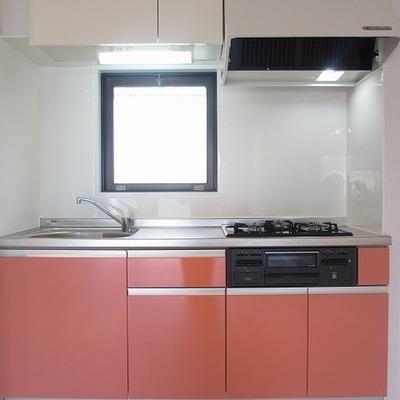キッチンもサーモンピンク。きゅーと。