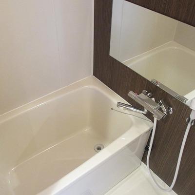 鏡の大きなお風呂は嬉しい設備。浴室乾燥機付です。