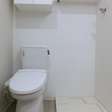 その隣には洗濯機置き場があります