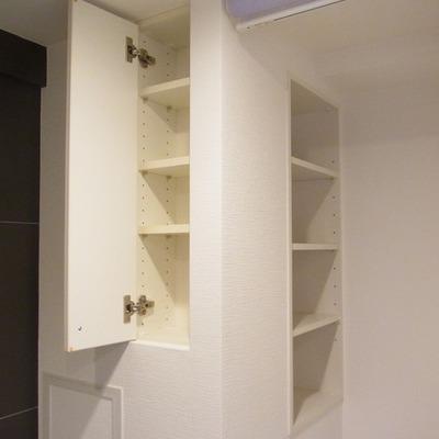 洗濯機置き場の左、洗面台の右。