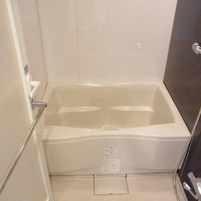 お風呂は落ち着ける色合い