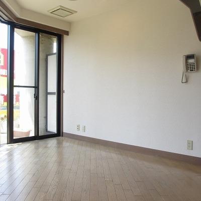 1階居室。窓が多くて明るい空間。