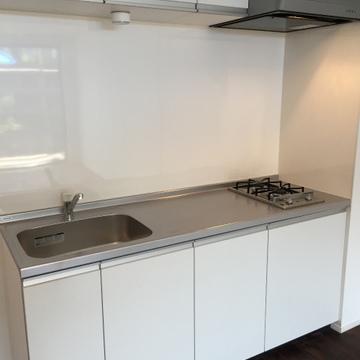 作業スペースの広いキッチン※写真は別部屋