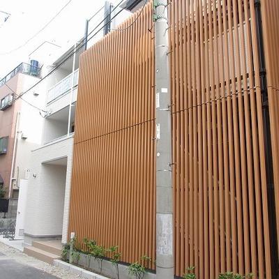 新築の香り!周りは渋い建物が多いので一目でここだとわかります。