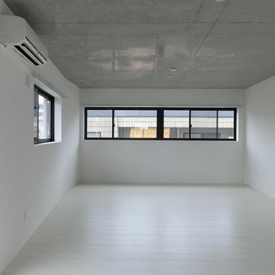 洗練された白さと行儀よく並ぶ窓。※写真は前回募集時のものです