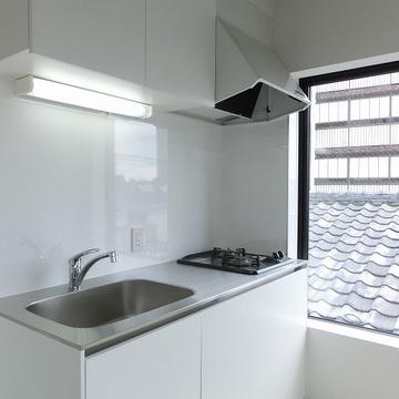 キッチンの横にも窓で開放感。※写真は前回募集時のものです