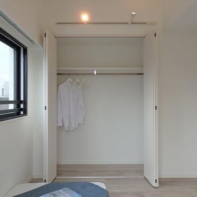 ベッドルーム。収納もしっかり。