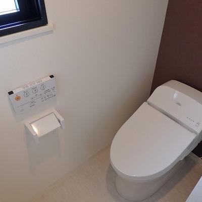独立洗面台の奥にはトイレが!