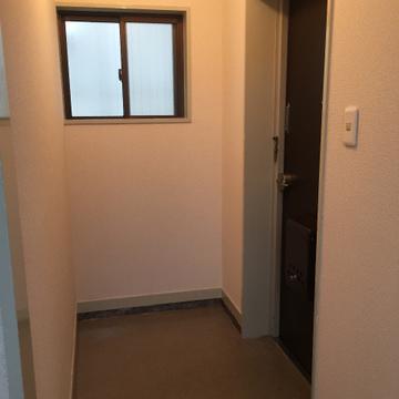 玄関です。窓つき!換気しやすくて良いですね◎※写真は前回募集時のものです