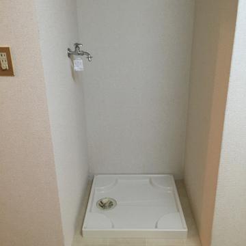 洗濯機置場。白いタイルのデザイン。※写真は前回募集時のものです