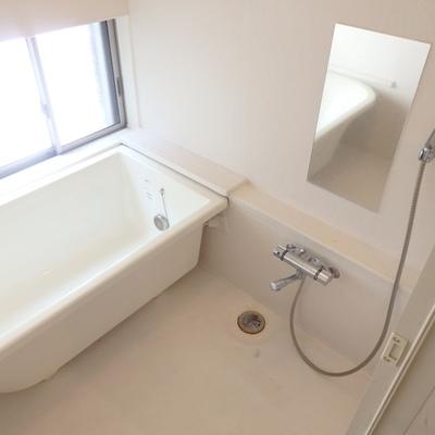 お風呂はゆったり大きな窓付きで風通しも◎
