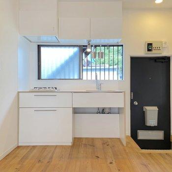 【LDK】白を基調にした清潔感のあるキッチンです。