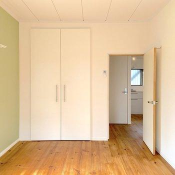 【洋室】ベッドやデスクを置ける広さです。