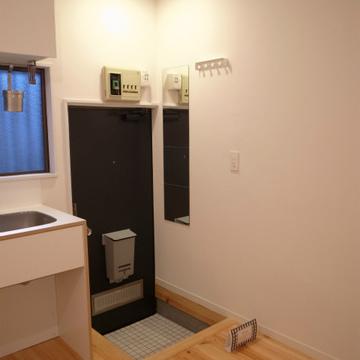 玄関、ミラーやコート掛けもあって便利※写真は前回募集時のものです