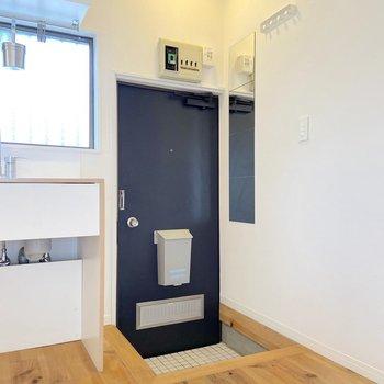 白タイルの清潔感ある玄関です。