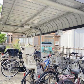 屋根付きの駐輪場がありました。
