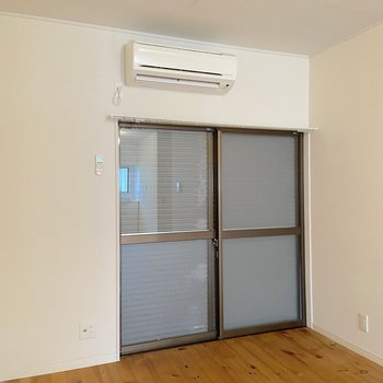 【LDK】窓にはシャッターが備わっています。