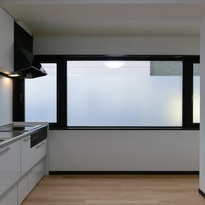 キッチンの横に大きな窓が◎