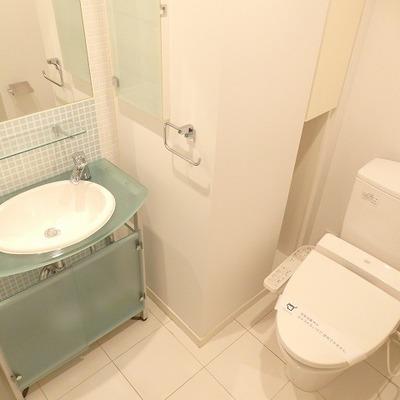 涼しげなブルーのタイルがかわいらしい独立洗面台とウォシュレット付きのトイレ。