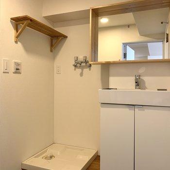 洗面台には可愛い木枠のミラーが!