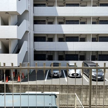 眺望は駐車場です、隣とも距離があって圧迫感は感じません