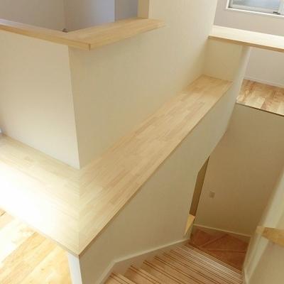階段周りにはグリーンを並べて素敵空間に。※写真は別部屋