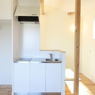 キッチンはコンパクトにすっきりと。※写真は別部屋