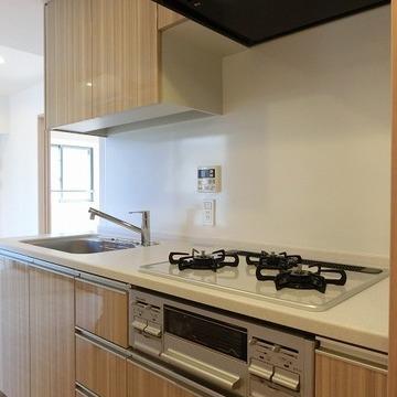 キッチンも木目調で優しいデザインです。