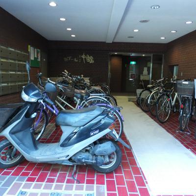 建物の入り口に並べて自転車を置いています。